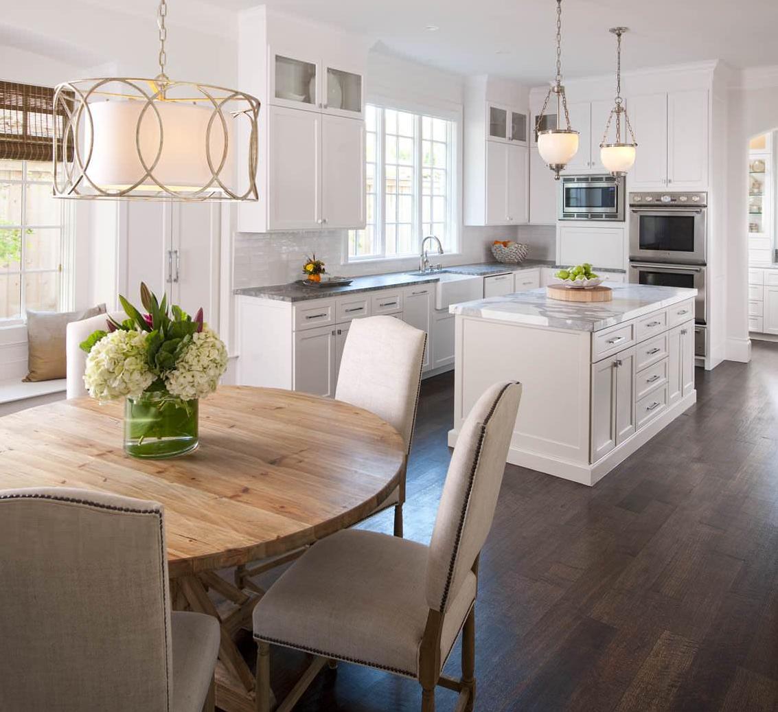 Table ronde en bois naturel au design de la cuisine-salle à manger