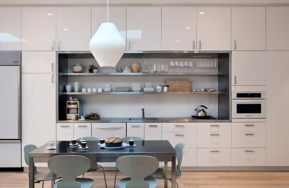 Une table à manger en métal est une rareté, mais en même temps élégante et fiable
