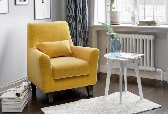 fauteuil jaune avec coussin