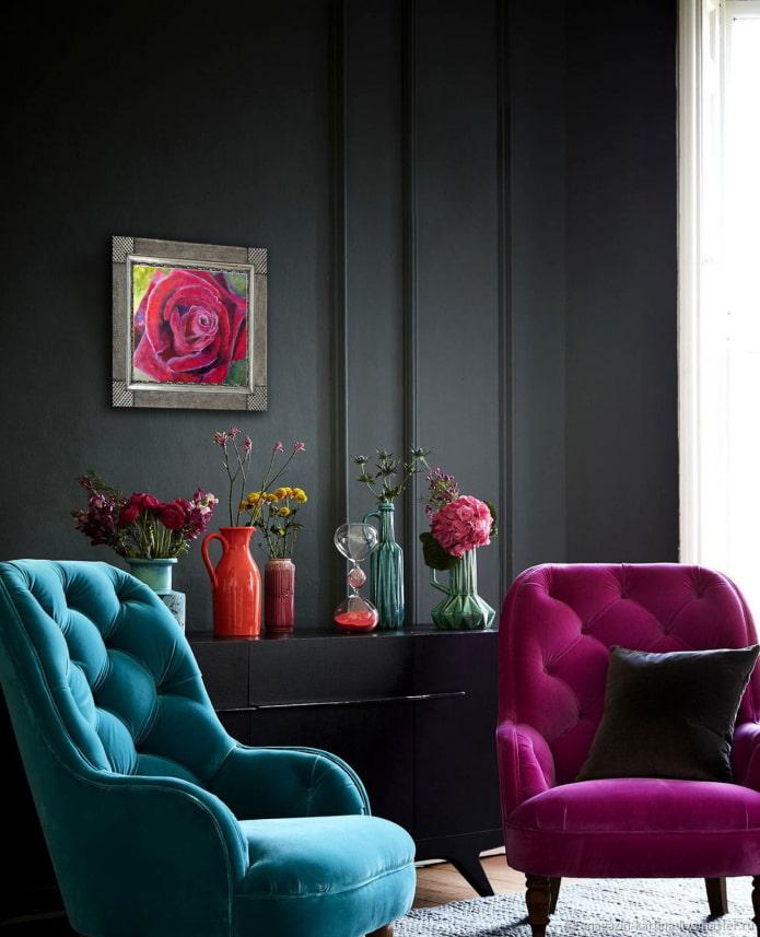 fauteuils colorés dans un salon sombre