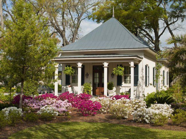 Belle petite maison avec une terrasse confortable