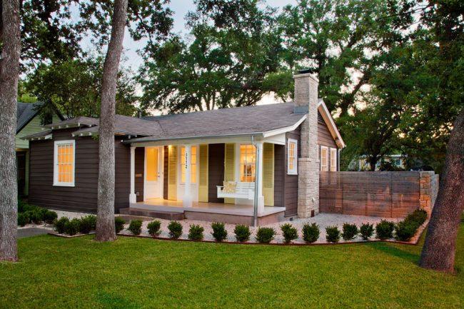 Maison en bois de plain-pied avec balançoire sur la terrasse