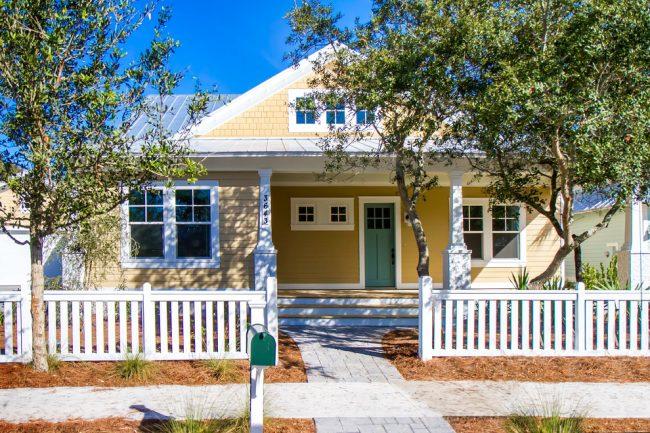 Belle maison de style classique de couleur crème