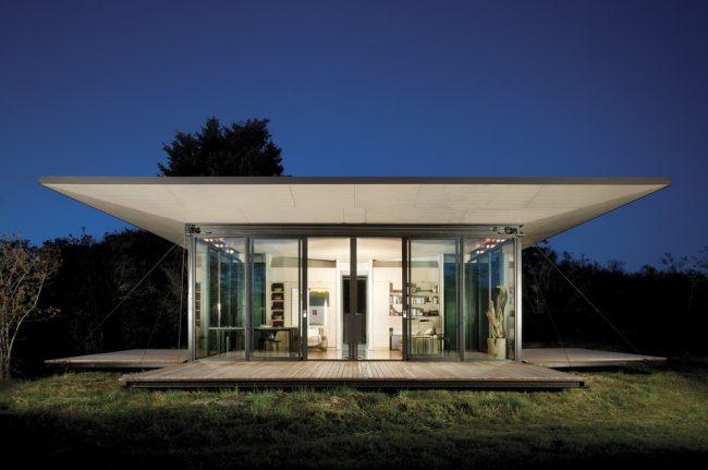 Maison à ossature moderne avec murs de verre