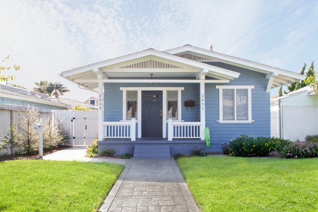 Petite maison classique avec un toit à pignon