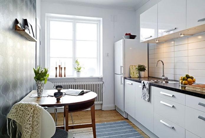 réfrigérateur près de la fenêtre