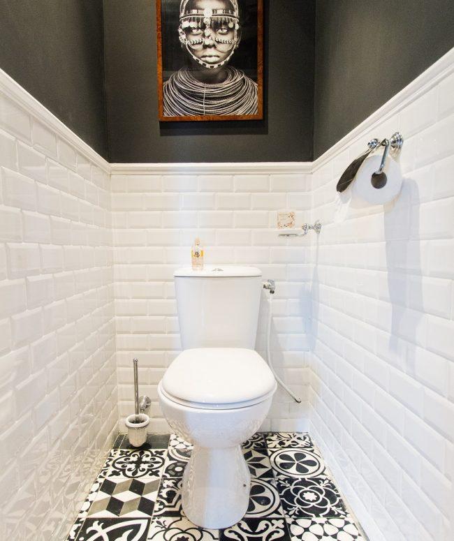 Carrelage blanc brillant dans la décoration de la salle de toilette