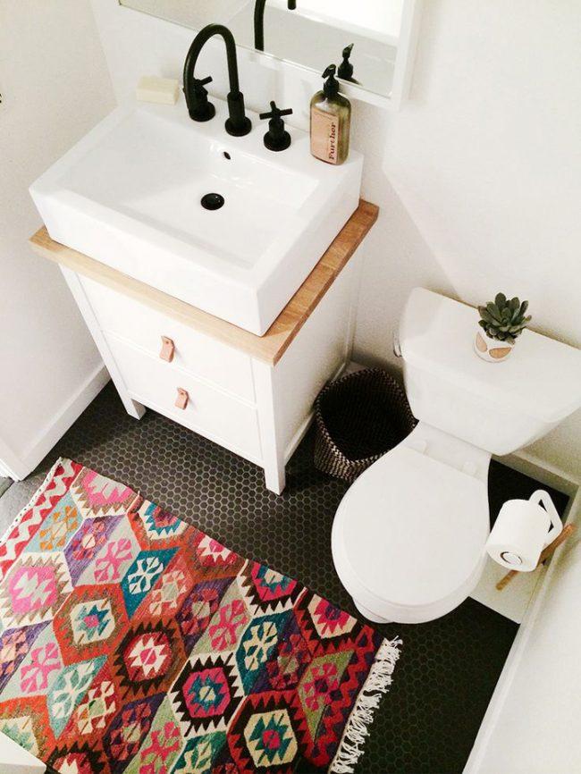 Toilettes claires avec carrelage au sol contrasté