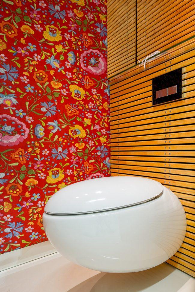 Décoration murale lumineuse dans une petite toilette