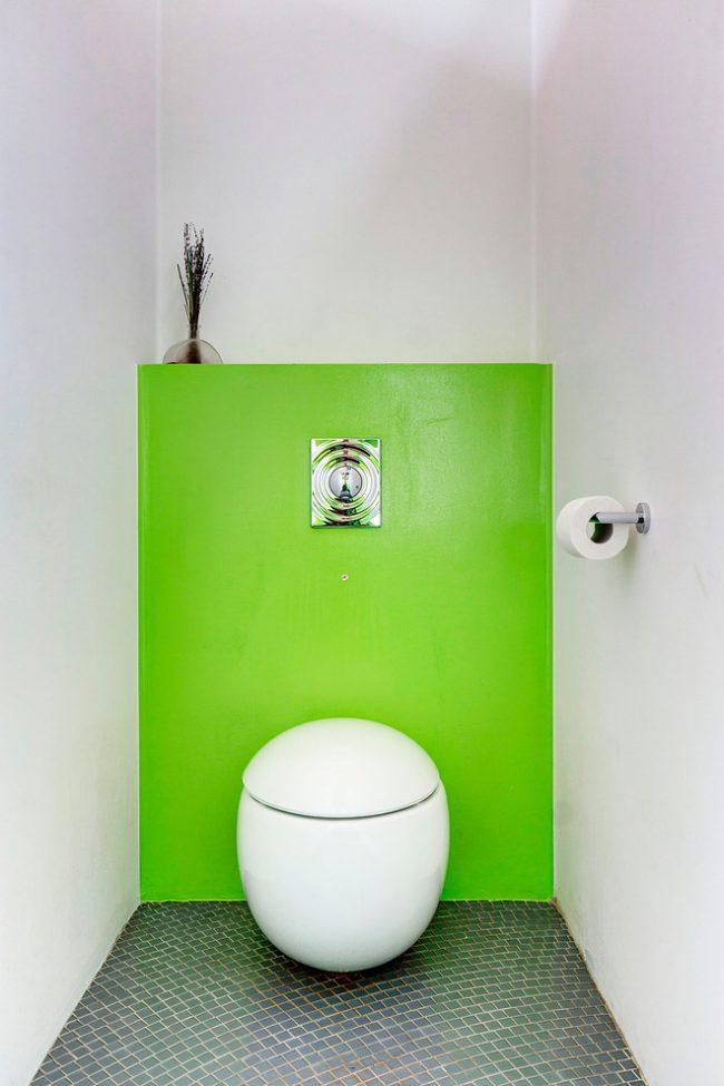 Toilettes Art Nouveau avec une étagère cachée derrière un écran lumineux