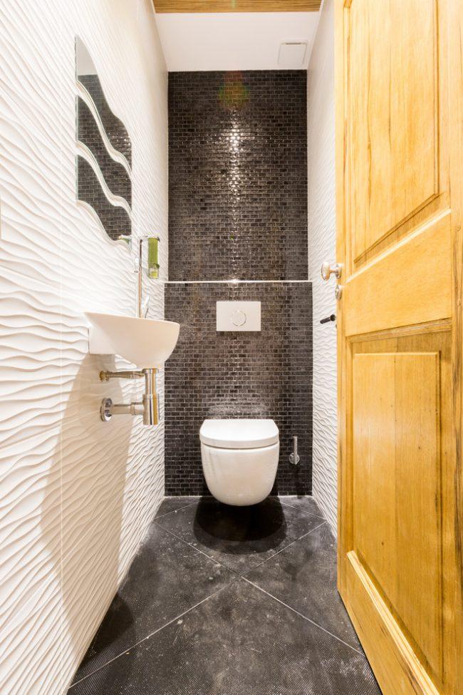 Les murs clairs en relief aideront à agrandir une pièce étroite
