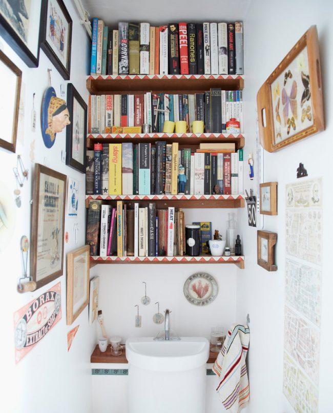 Aménagement de petits WC : étagères encastrées confortables, équipées au dessus du lavabo de la salle de bain