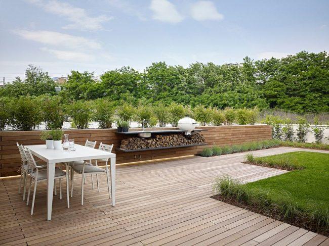 Petit barbecue placé sur la table de terrasse d'une maison privée
