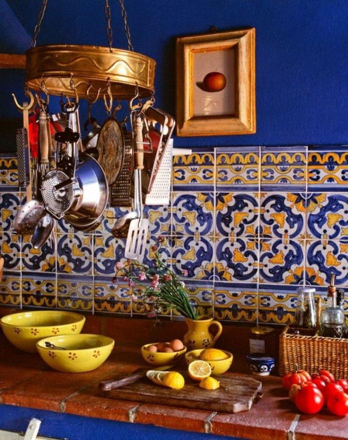 cuisine bleue avec des accents jaunes