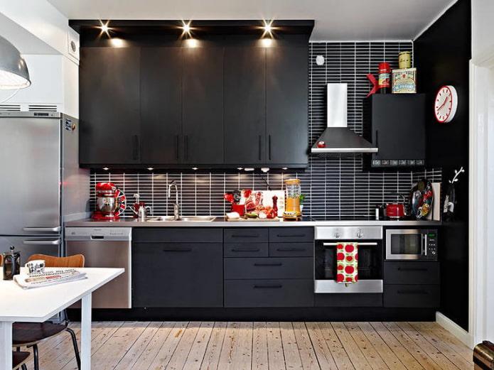 Accents rouges dans une cuisine sombre