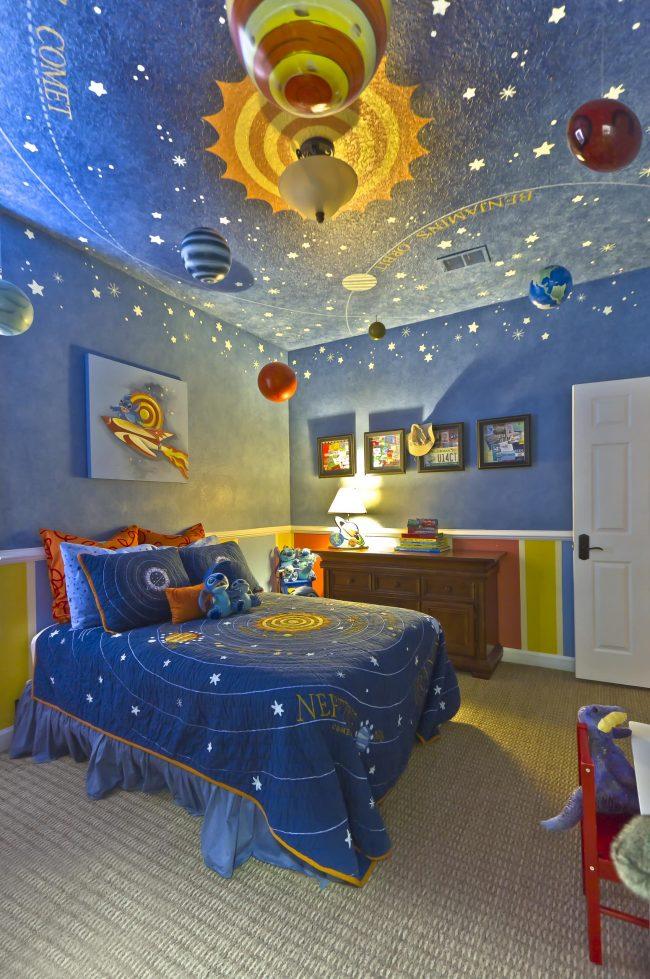 Beau ciel étoilé au plafond dans la pépinière