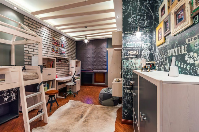 La pose d'un plafond tendu est une entreprise laborieuse, qu'il vaut mieux confier à des professionnels