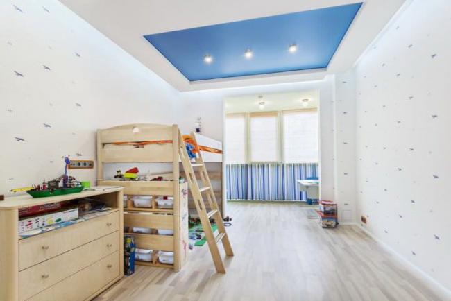 Plafond bicolore - un bel ajout à l'intérieur de la pépinière