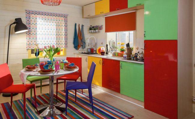 Tapis à rayures multicolores dans une cuisine lumineuse