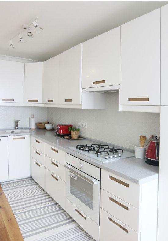 Un petit tapis long a fière allure dans une cuisine lumineuse