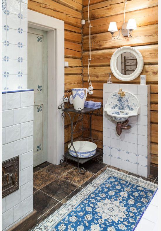 Le tapis en soie se marie harmonieusement avec les objets ménagers anciens de la salle de bain