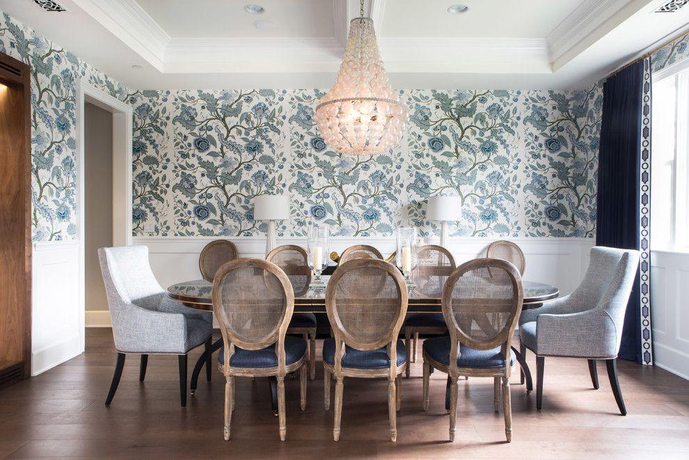 Intérieur à l'anglaise : papier peint à imprimé floral et moulure au plafond