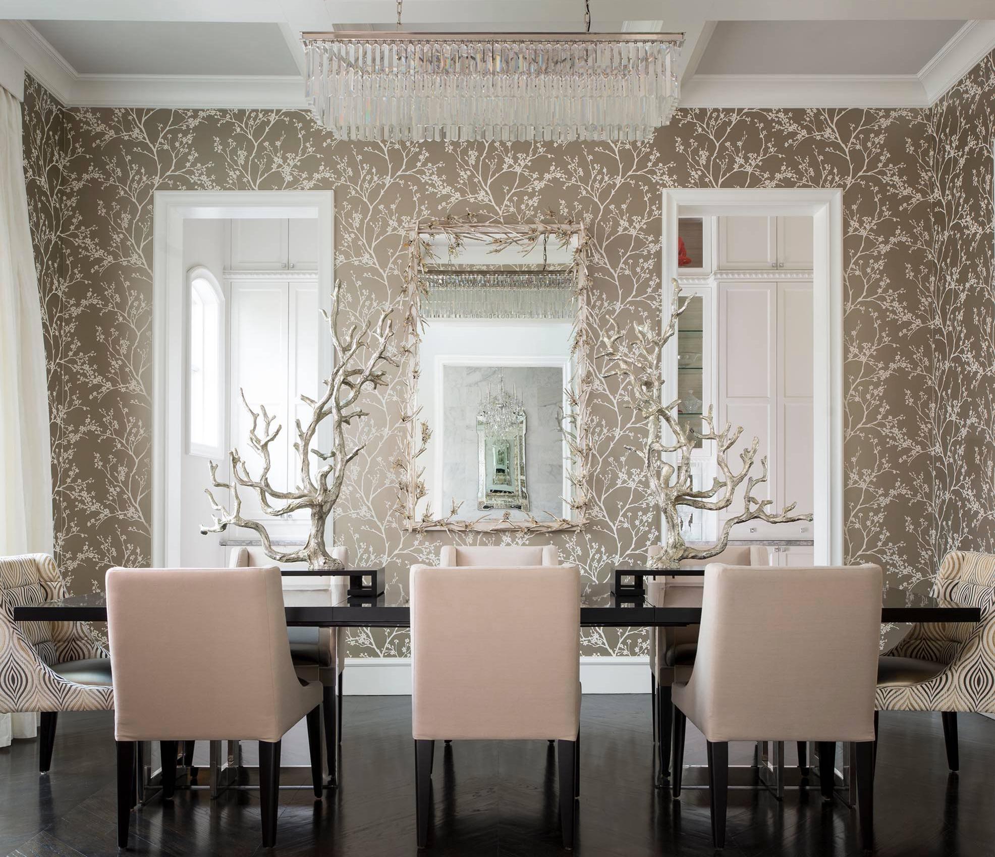 Papier peint clair et mobilier sombre forment une combinaison qui crée une atmosphère chaleureuse.  Thème végétal sur le papier peint du style anglais