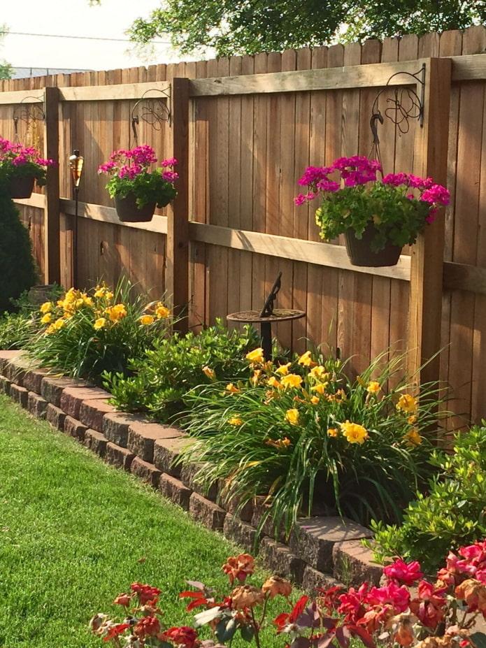 clôture en bois dans le jardin