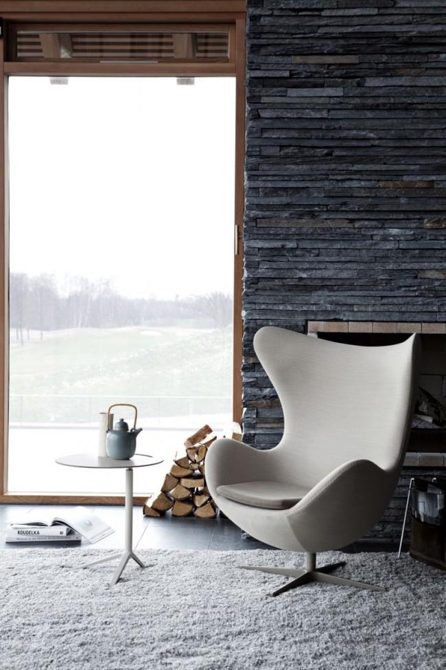 L'ardoise foncée crée une toile de fond contrastante pour les meubles et l'ameublement de la maison
