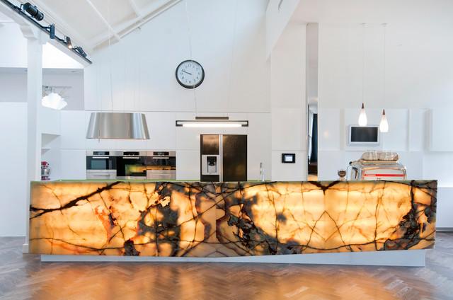 Solution intéressante : îlot de cuisine illuminé en onyx
