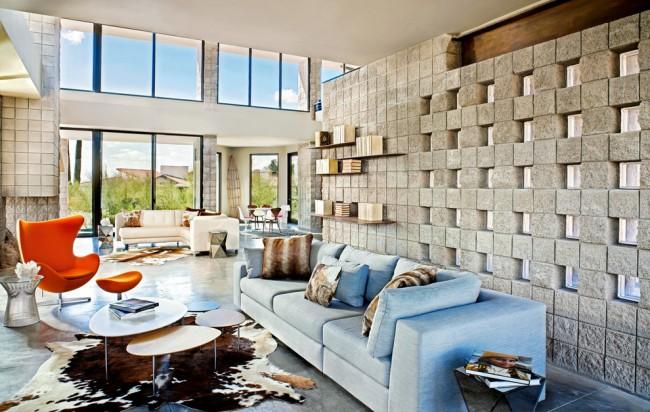 Mur translucide d'origine dans un appartement spacieux : blocs de verre intégrés dans un mur de blocs de pierre