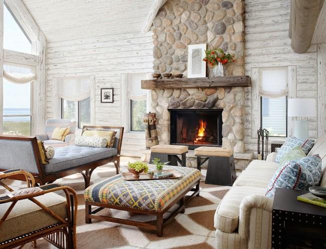 Combinaison de murs en bois et de revêtement de cheminée en pierre