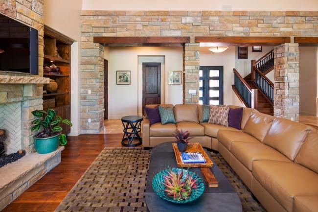 Salon avec voûtes en pierre et cheminée