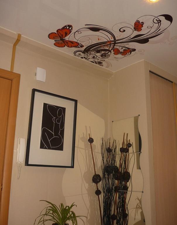 structure de plafond tendu à motifs