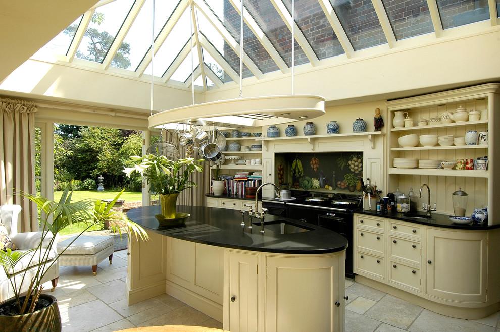 Contraste élégant : cuisine beige clair et panneaux à motifs floraux sur fond noir