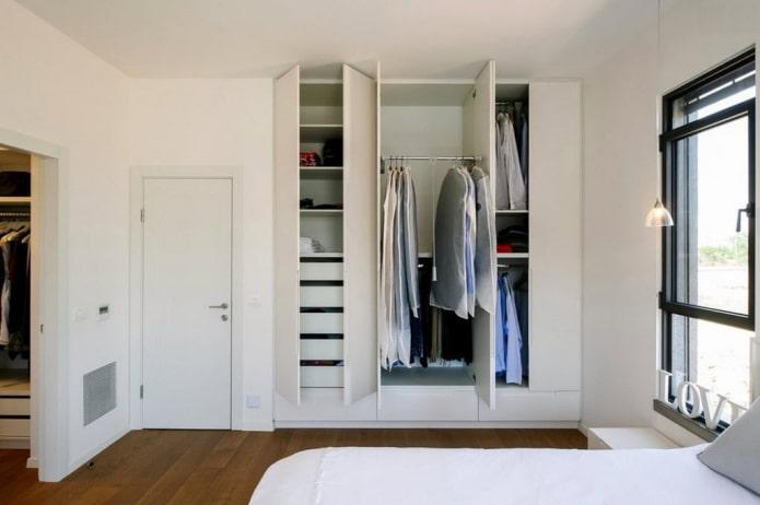 niche pour la garde-robe à l'intérieur de la chambre