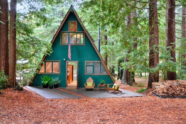 Pavillon de chasse triangulaire en forêt avec passage traversant
