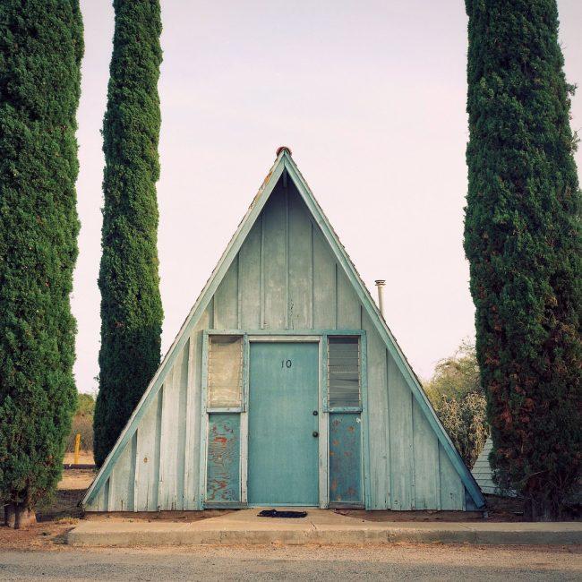 Belle maison en forme de A avec garniture en bois antique