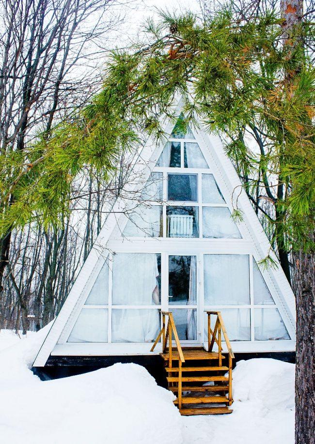 Un projet efficace et cosy d'une maison triangulaire dans un cadre design
