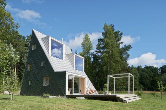 Un projet de maison intéressant - une cabane avec deux pièces mansardées au deuxième niveau