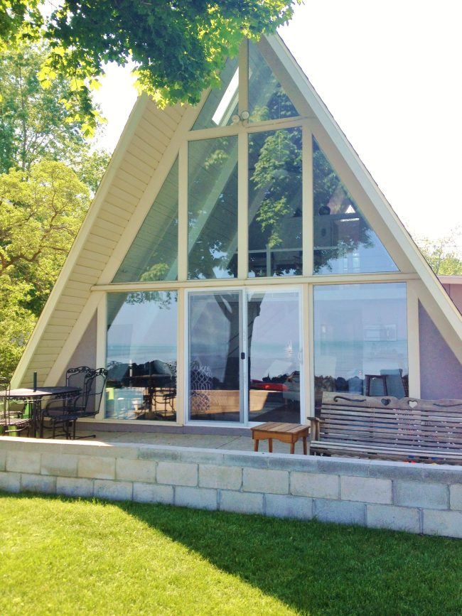 Une maison triangulaire soignée avec vitrage panoramique