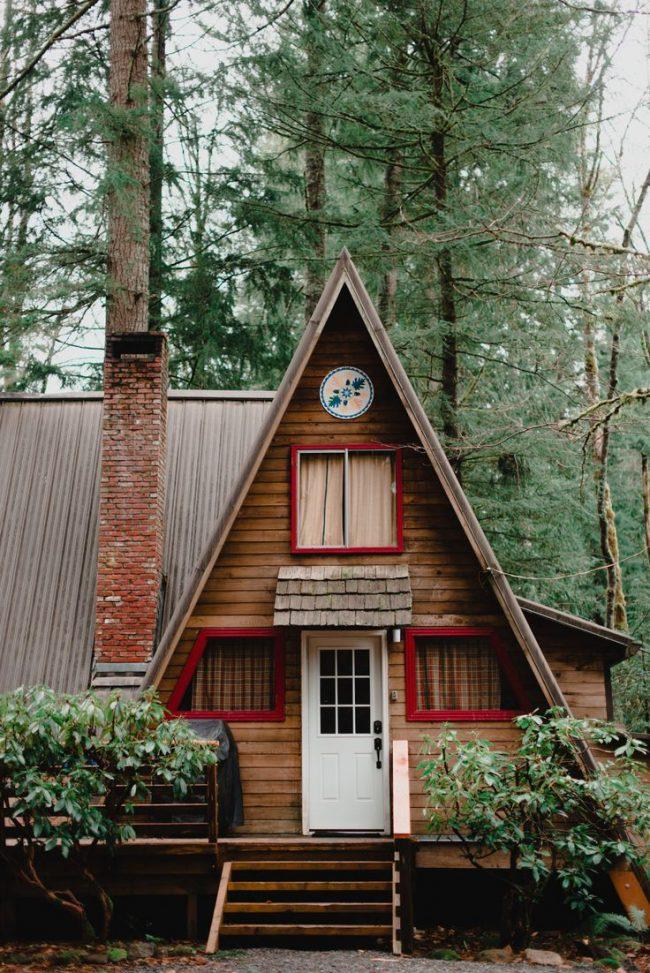 Petite maison triangulaire avec petites dépendances