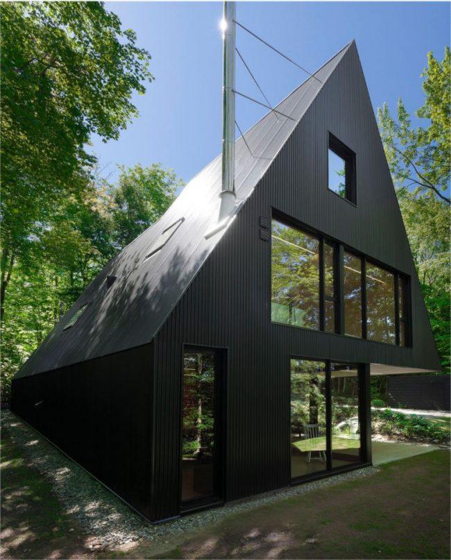 Finition d'une cabane avec un profil en métal noir
