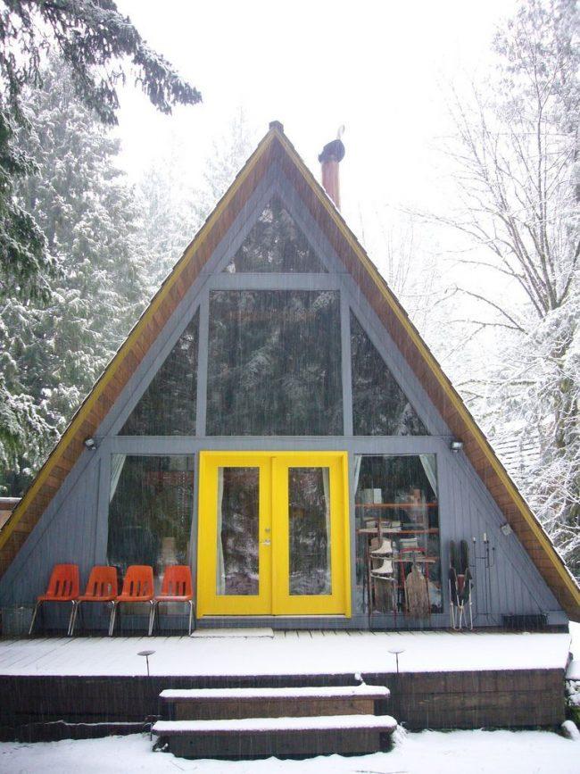 Le projet fini d'une maison triangulaire à deux étages