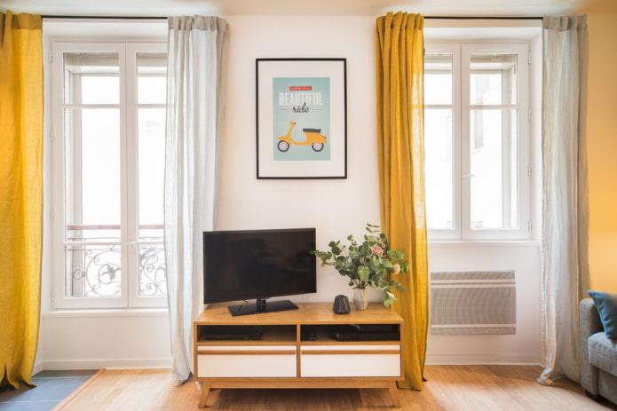 TV par la fenêtre à l'intérieur du salon