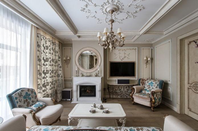 TV à l'intérieur du hall dans un style classique