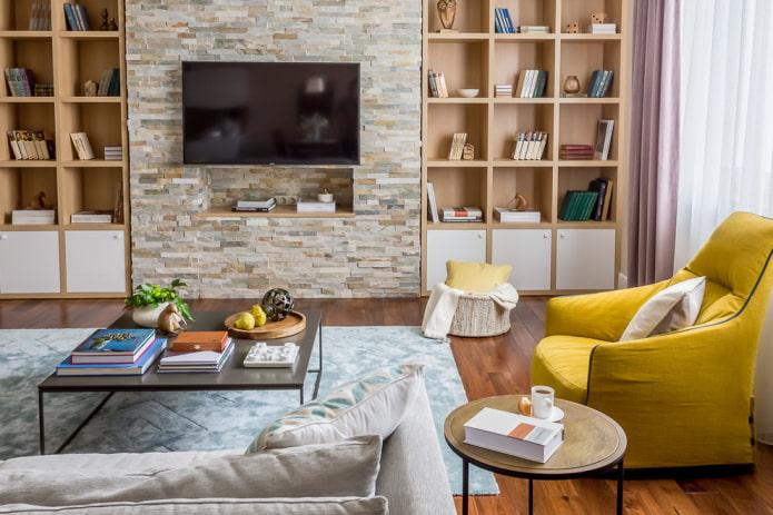 TV sur le mur de pierre dans le hall