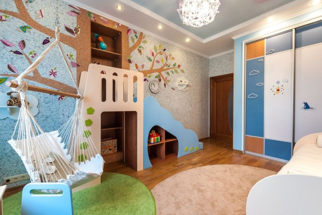 Un fauteuil suspendu moelleux en forme de hamac est une bonne option pour une chambre d'enfant.