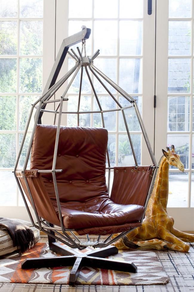 Une version inhabituelle d'une chaise suspendue en cuir, montée sur un support