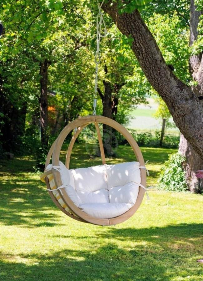 Chaise suspendue avec structure en bois et coussins moelleux